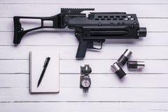 Lance-grenades avec les enveloppes de coquille, le bloc-notes et le stylo, boussole dessus Image stock