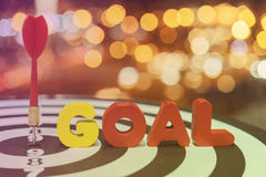Lance la flecha de la blanco en diana con palabras de la meta sobre backgro del bokeh Imágenes de archivo libres de regalías
