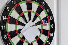 Lance las flechas en el centro de la blanco con la nota en blanco imagen de archivo