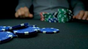Lance los primeros ordenes en póker Azul y rojo que juegan las fichas de póker en fondo negro reflexivo Primer de las virutas de  imágenes de archivo libres de regalías