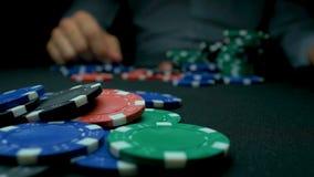 Lance los primeros ordenes en póker Azul y rojo que juegan las fichas de póker en fondo negro reflexivo Primer de las virutas de  Foto de archivo