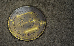 Lance una moneda y haga una corriente de Cheongyecheon del punto del deseo, Seul, S imágenes de archivo libres de regalías
