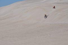 Lancelin沙丘:摩托车在西澳州赛跑白色风景 库存照片