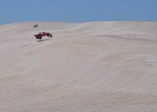 Lancelin: Dunas blancas con el coche de playa en Australia occidental Foto de archivo libre de regalías
