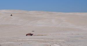 Lancelin Dunes: Coche de playa y moto en Australia occidental Fotografía de archivo libre de regalías