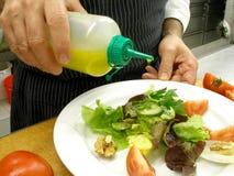 Lancement d'une salade Image stock