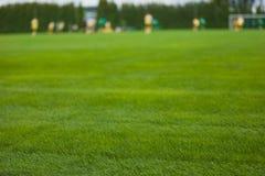 Lancement de champ d'herbe du football Match de football ? l'arri?re-plan photos stock