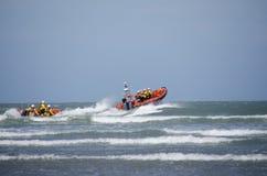 Lancement de deux canots de sauvetage dans la mer Photographie stock libre de droits