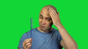 Lancement de l'homme de brosse sur le fond vert banque de vidéos
