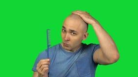Lancement de l'homme chauve de brosse sur le fond vert clips vidéos