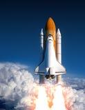 Lancement de navette spatiale dans les nuages illustration stock