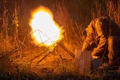 Lancement de Rocket avec des nuages du feu La scène de bataille avec des missiles de fusée avec l'ogive a visé le ciel sombre la  images stock