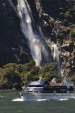 Lancement de touristes chez Milford Sound, Nouvelle Zélande Photographie stock
