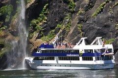 Lancement de touristes chez Milford Sound, Nouvelle Zélande Images libres de droits