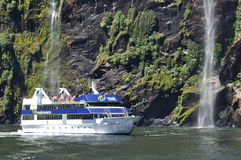 Lancement de touristes chez Milford Sound, Nouvelle Zélande Photos libres de droits