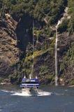 Lancement de touristes chez Milford Sound, Nouvelle Zélande Photo libre de droits