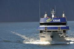 Lancement de touristes chez Milford Sound, Nouvelle Zélande Image libre de droits