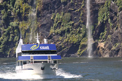 Lancement de touristes chez Milford Sound, Nouvelle Zélande Photos stock