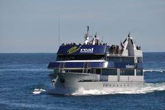 Lancement de touristes chez Milford Sound, Nouvelle Zélande Image stock
