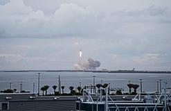 Lancement de vaisseau spatial d'Orion dans Cap Canaveral, vu de la croisière de Disney Photographie stock libre de droits