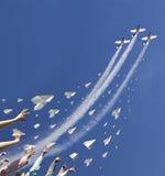 Lancement des avions de papier image stock
