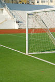 Lancement du football d'un terrain de football image libre de droits
