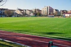 Lancement vert du football un jour ensoleillé photos libres de droits