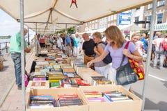 Lancez la cabine sur le marché avec des livres d'occasion et des personnes d'achats Images stock