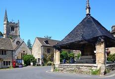 Lancez la croix sur le marché au centre de village, château Combe Image stock