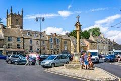 Lancez la croix sur le marché dans la ville historique de cotswold de l'arrimage sur la haute plaine Images stock