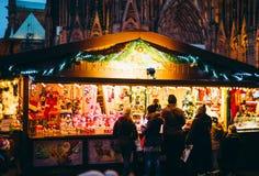 Lancez la stalle sur le marché à Strasbourg, France avec des clients Photo libre de droits