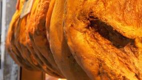 Lancez la stalle sur le marché avec le jamon accrochant de jambon sur le marché de Boqueria à Barcelone, Espagne banque de vidéos