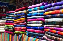 Lancez la stalle sur le marché avec les textiles traditionnels Image stock
