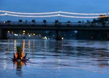 Lancez le flottement des lampes décorées sur la rivière Photographie stock