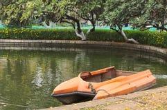 Lancha alaranjada no lago Imagens de Stock Royalty Free