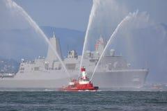 Lancha contraincendios con la embarcación Foto de archivo libre de regalías