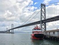 Lancha contraincendios en el muelle al lado del puente de la bahía de Oakland en San Francisco California fotografía de archivo