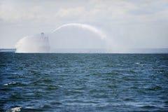 Lancha contraincendios en la acción en el mar Foto de archivo