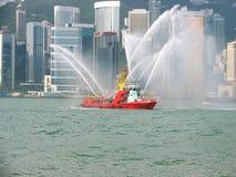 Lancha contraincendios en la ciudad de Hong-Kong Fotografía de archivo