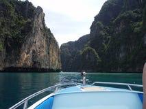 lancha de carreras en agua en cielo claro de la opinión rocosa del horizonte de Tailandia imagen de archivo libre de regalías