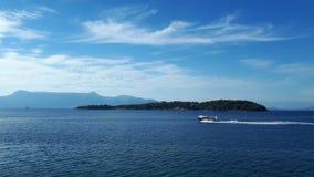 Lancha de carreras en la costa de Grecia Foto de archivo libre de regalías