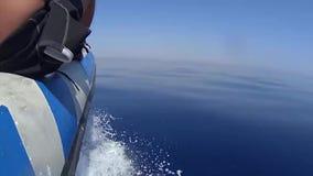 Lancha de carreras inflable que viaja en la velocidad sobre el mar plano tropical almacen de video