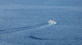 Lancha de carreras que tira de los barcos inflables de los anillos de espuma Fotos de archivo