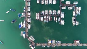 Lancha de carreras de time lapse del embarcadero Una porci?n del puerto deportivo Yate y veleros amarrados en el muelle Opini?n c