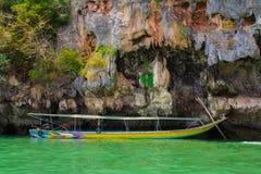 Lancha de carreras turísticas en Pattaya, Tailandia con la bandera Fotografía de archivo