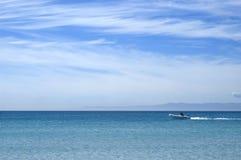 Lancha e o oceano infinito Imagem de Stock