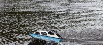 Lancha que compete em um lago que causa ondas imagem de stock royalty free