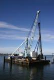 Lancha a remolque de la construcción del puerto foto de archivo