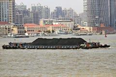Lancha a remolque del carbón de Shangai imagen de archivo