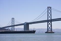 Lancha a remolque del puente de la bahía Imagenes de archivo